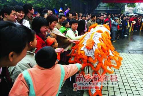 观众纷纷抚摸走近的醒狮,以祈求好运。