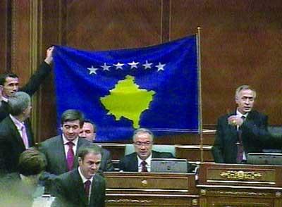 科索沃议会展示新旗帜(电视截屏)