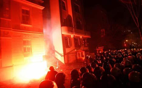 抗议者向美国大使馆投掷燃烧物