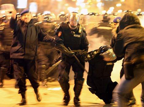 一名防暴警察受伤