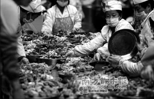 ●工作人员忙碌地分菜,他们从前一天就开始准备这些菜肴。