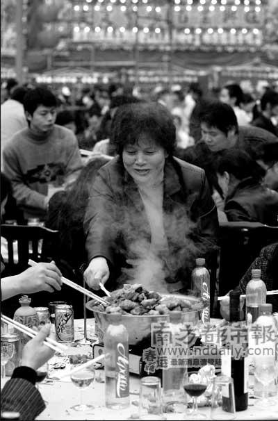 盆菜刚上,一位宾客便迫不及待要起筷。