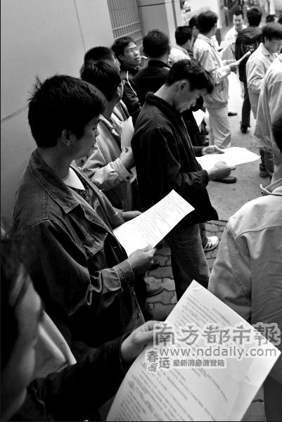 去年12月25日,番禺供电局职工被要求与劳务公司签合同,有员工特意从网上下载了新法关于劳动合同的订立和解除的相关规定,打印出来分发给工友。实习生郑梓煜本报记者谭伟山摄