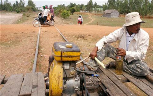 """柬埔寨的""""土火车"""""""