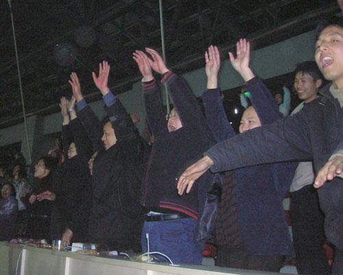 图文:[四国赛]中国VS韩国 重庆球迷高呼雄起