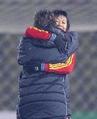 图文:[四强赛]女足3-2韩国 韩端伊莎拥抱
