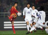 图文:[四强赛]女足3-2韩国 韩端传球