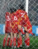 图文:[四强赛]女足3-2韩国 玫瑰拥抱庆祝