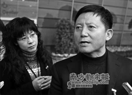 广州市劳动和社会保障局局长崔仁泉昨日称,最低工资标准很快就会上调至每月860元。本报记者卢汉欣摄