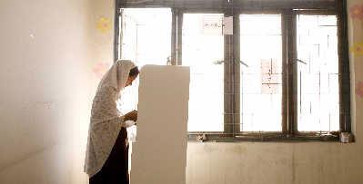 一名巴基斯坦妇女昨天在一个投票站安静地投票。新华/路透图
