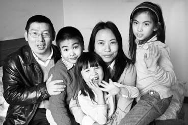 图为2月16日,罗秦一家在重庆龙湖的出租屋内合影,右一为贺梅  钟志兵摄