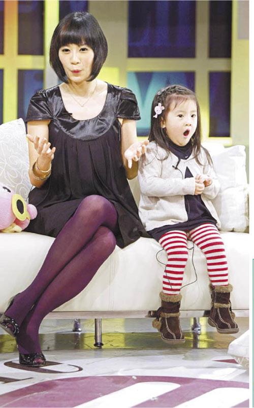 贾静雯携可爱的梧桐妹上电视