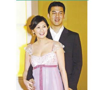 贾静雯(左)2年多前和老公现身爱女双满月酒,当时体态丰腴61公斤。