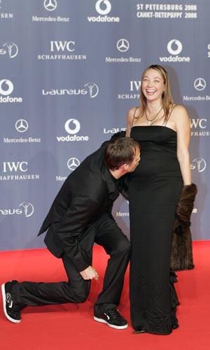 图文:众明星出席劳伦斯奖典礼 霍克亲妻子肚子