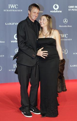 图文:众明星出席劳伦斯奖典礼 霍克摸妻子肚子