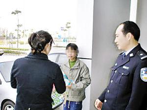 民警为女孩送食物和水。(图:广州日报)