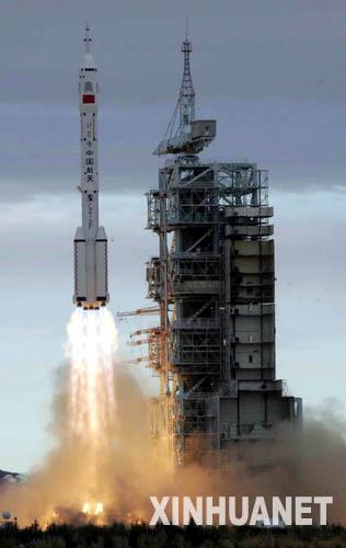 2005年10月12日,北京时间9时许,中国自主研制的神舟六号载人飞船,在酒泉卫星发射中心将两名中国航天员同时送上太空。10月17日凌晨,神舟六号载人飞船返回舱在内蒙古安全着陆。这是中国成功进行的首次多人多天载人航天飞行。新华社发