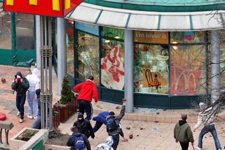 2月18日,塞尔维亚人捣毁贝尔格莱德的一家麦当劳餐厅。