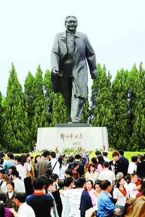 每年的2月19日,深圳很多市民都会前往莲花山山顶广场给小平铜像献花,表达对一代伟人的永远怀念之情。 本报记者 郑东升 摄