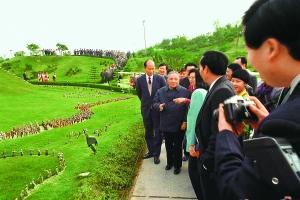 1992年1月,深圳风景秀丽的锦绣中华吸引了前来视察的小平和他的家人。 江式高 摄
