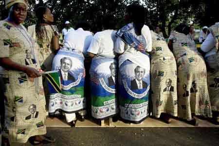 """2月17日,坦桑尼亚妇女用这种特殊方式""""欢迎""""美国总统布什的到访。路透社"""