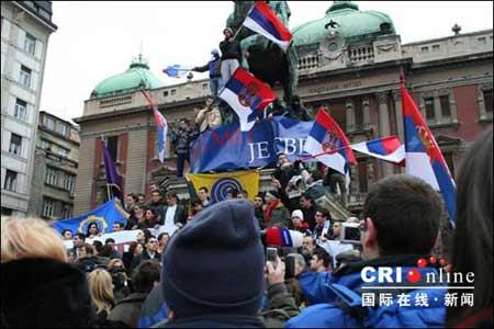 大学生们聚集在贝尔格莱德市中心的共和国广场上塞尔维亚民族英雄雕像前。