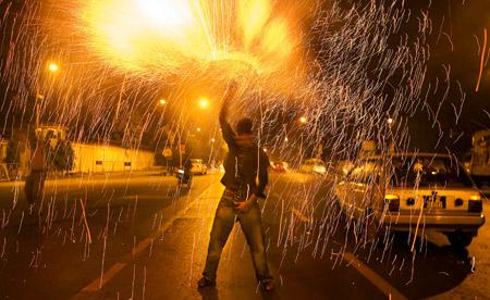 一名前总理谢里夫的支持者在街头燃放烟花庆祝