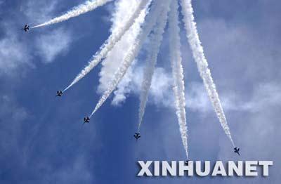 """2月19日,新加坡""""黑骑士""""特技飞行表演队在新加坡进行飞行表演。"""