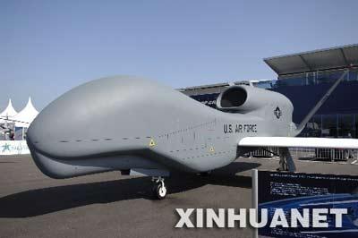 """这是2月19日在新加坡航空展上展示的美国""""全球鹰""""无人驾驶侦察机。"""