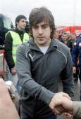 图文:[F1]巴塞罗那试车首日 阿隆索与车迷握手
