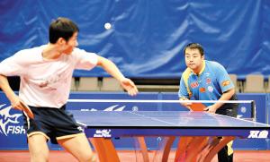 刘国梁(右)和王励勤在对练中较上了劲。本报记者 梁嘉健 摄