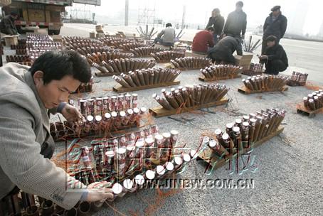工作人员在忙着安装礼花发射筒。