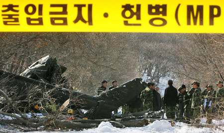2月20日,救援人员在现场调查。