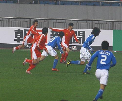 图文:[四强赛]国足VS日本 孙祥边路传中