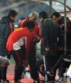图文:[四强赛]国足0-1日本 杜伊布置战术