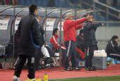 图文:[四强赛]国足0-1日本 杜伊指挥比赛