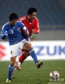 图文:[四强赛]国足0-1日本 杜震宇拼抢