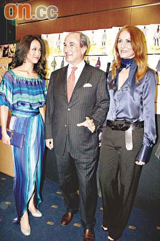 汤唯被邀请到后台跟品牌总裁(中)及设计师Cristina Ortiz(右)拍照留念。
