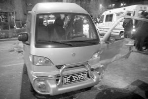 被撞坏的面包车