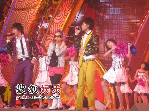 何洁、苏醒、俞灏明在演唱