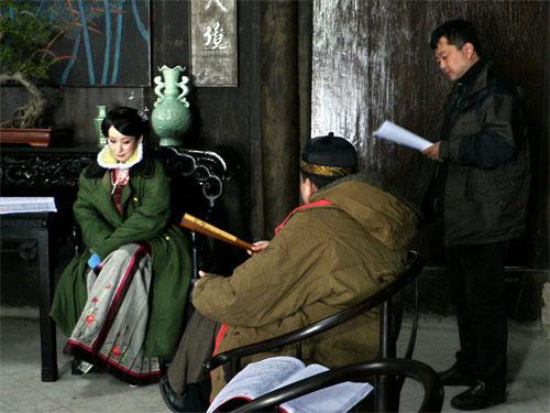 图:《女人花》剧组拍摄现场 - 导演说戏