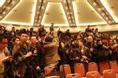 图:发布会即将举行 警察与记者严阵以待―现场