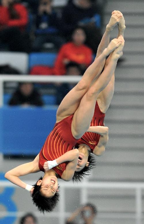 图文:王鑫陈若琳进入10米台决赛 空中优美身姿
