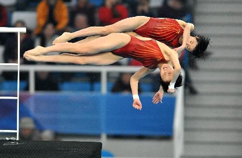 图文:王鑫陈若琳进入10米台决赛 两人起跳瞬间