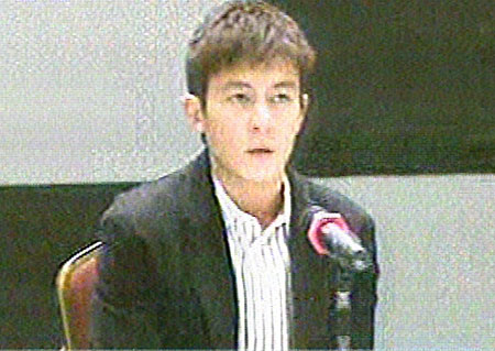"""2月21日下午3时,陈冠希在香港召开记者会,就""""艳照门""""事件发表声明"""