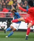 图文:[四强赛]日本VS韩国 起脚怒射