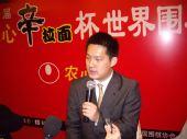 图文:中国捧农心杯冠军 接受采访常昊侃侃而谈