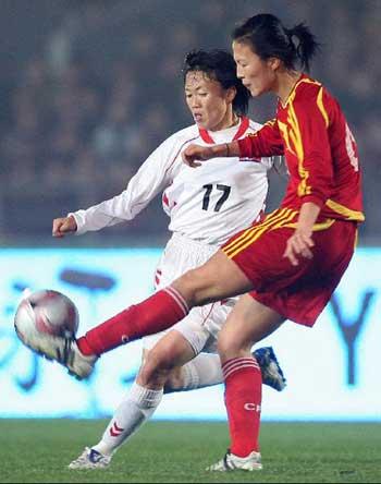 图文:[女足四国赛]中国VS朝鲜 朝鲜球员射门