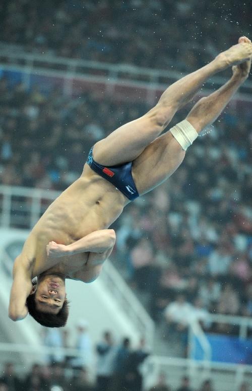 跳水世界杯中国队摘金夺银 何冲空中翻滚