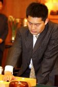 图文:农心杯中国首获冠军 常昊九段比赛中思考